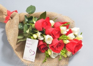 Trandafiri Rosii si Frezii Albe Flori Iasi
